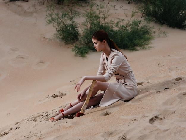 砂浜の夏休みに座っている女性。高品質の写真
