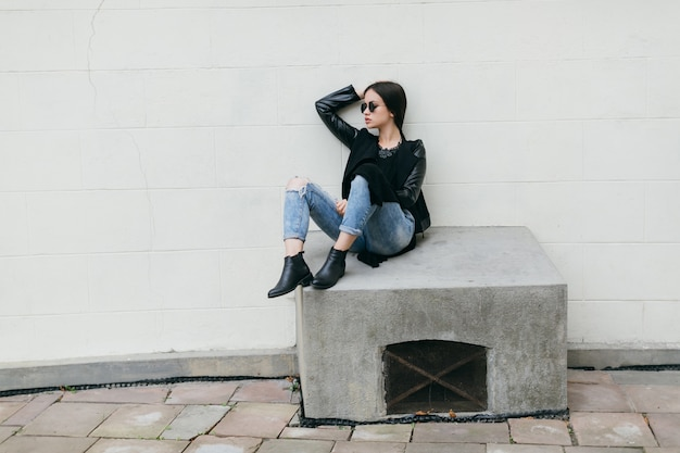 Женщина, сидящая на вентиляционном отверстии