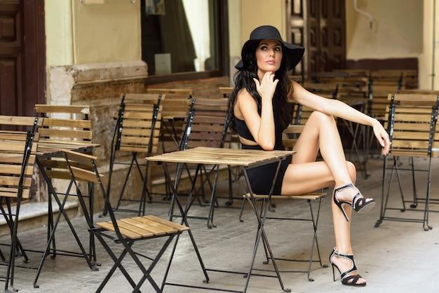 木製の椅子に座っ女