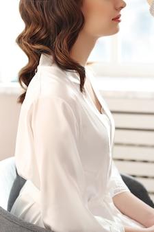 Женщина сидит, профиль