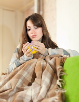 Donna seduta sul divano