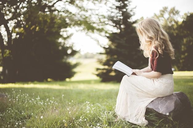 本を読みながら座っている女性