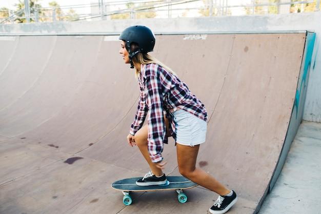 女、スケート、ヘルメット、横に