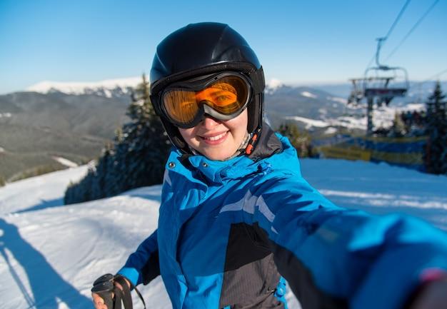 山の頂上で女性スキーヤー