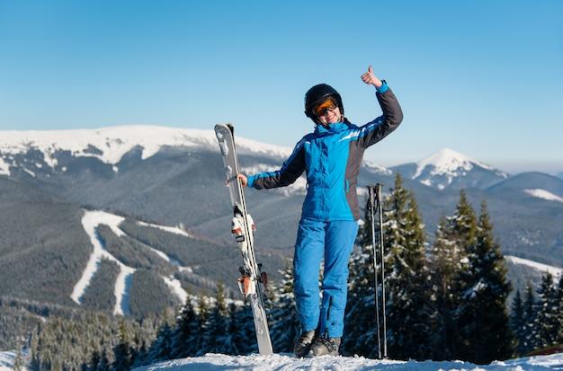 女性スキーヤー