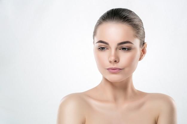 女性の肌の顔、美しい健康的なスキンケアの女性の肖像画、化粧なしのきれいな顔、白で隔離の自然な化粧の若い美容モデル。スタジオショット。