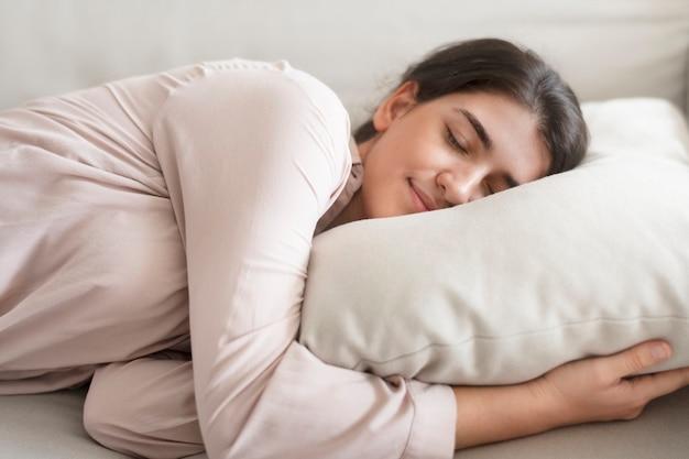 Женщина, удобно спящая на подушке