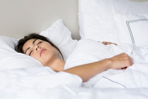 Donna che dorme profondamente