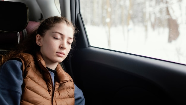 여행하는 동안 차에서 자고있는 여자