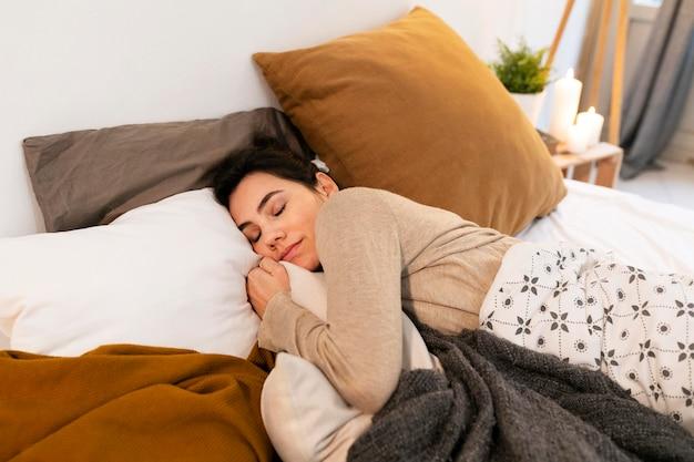 침대에서 평화롭게 잠자는 여자