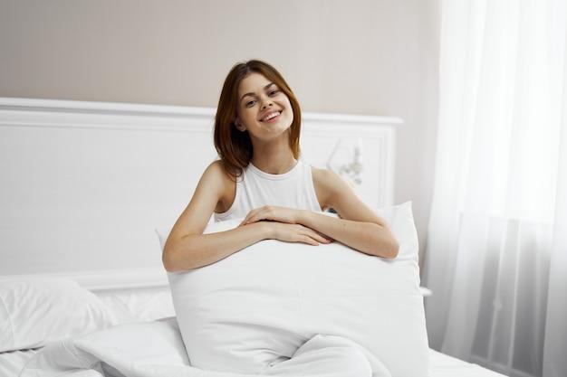 Женщина спальная комната на кровати, отдыхая комфорт