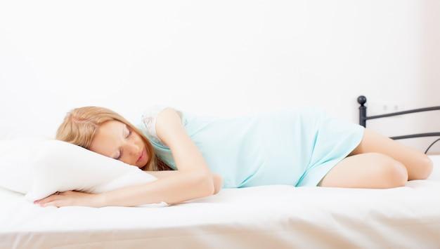 Donna che dorme sul foglio bianco