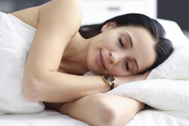 Женщина спит в спальне. польза сна для концепции человека