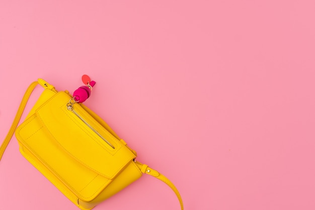 밝은 분홍색 배경에 여자 작은 핸드백 클러치