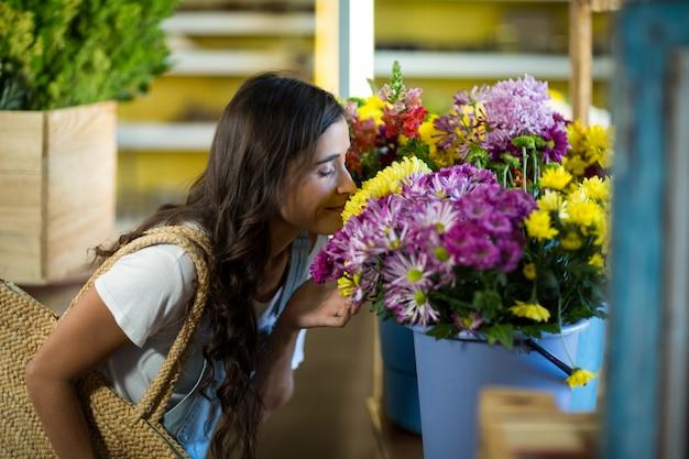 Женщина, нюхающая букет цветов