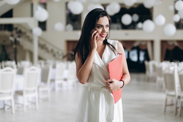 여자가 웃 고 식당에서 전화로 대화