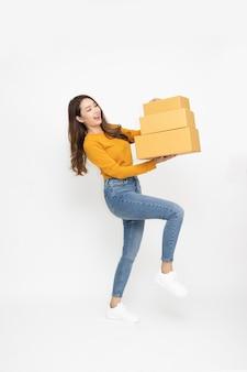 Женщина улыбается и держит пакет посылку на белом фоне