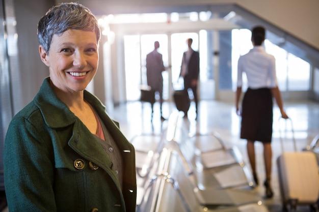Женщина улыбается в аэропорту