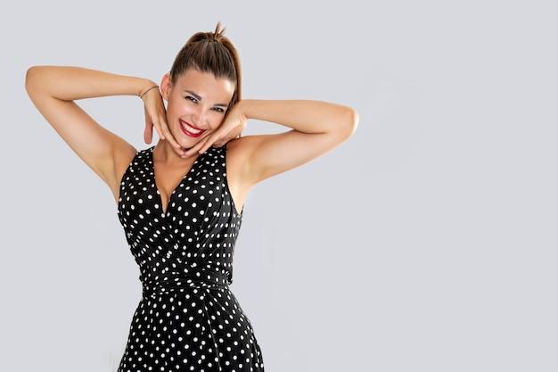白い点と黒いドレスで笑っている女性