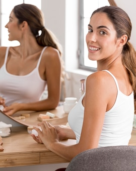 Женщина улыбается концепция самообслуживания
