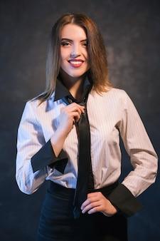 ネクタイの結び方を学んだ後、笑顔の女性。役立つ詳細なチュートリアルの概念