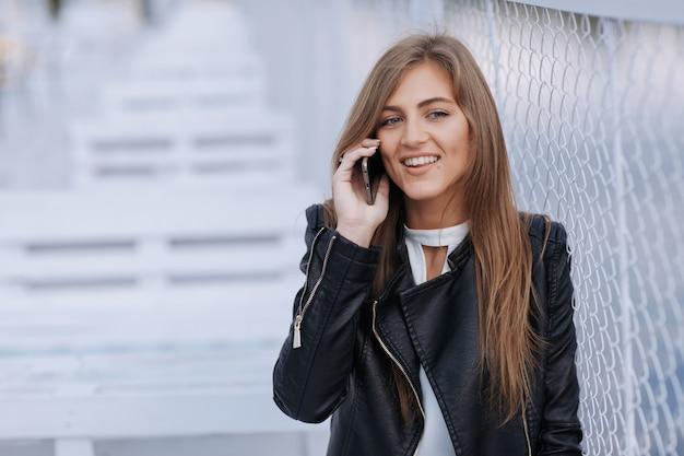 Sorridente donna parlando al telefono