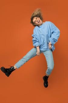 ジャンプしながら笑顔の女性