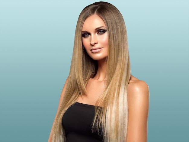 女性の滑らかな髪のブロンドのlond美しさ自然なカジュアルな肖像画。青に。