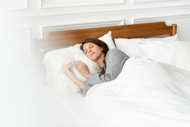 週末にベッドで居眠りしている女性