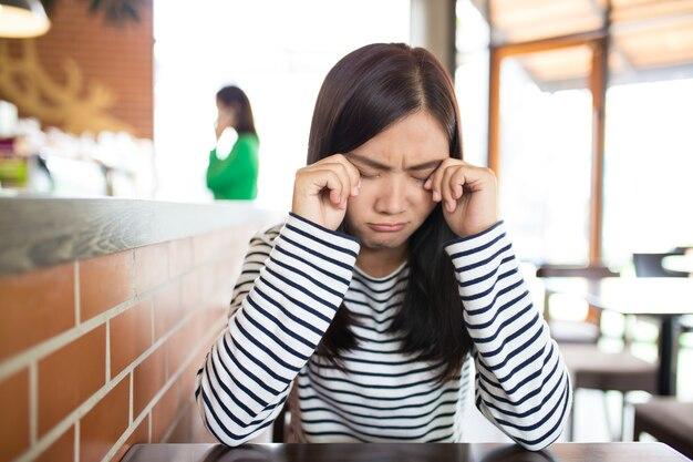 カフェで悲しい女