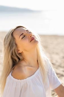 ビーチで太陽を浴びる女性