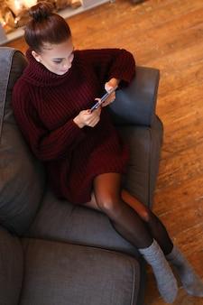 Donna sul divano con un tablet