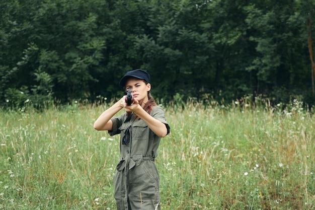 Женщина-солдат стремление вперед с оружием охота - образ жизни зеленый