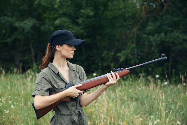 Женщина-солдат держит оружие