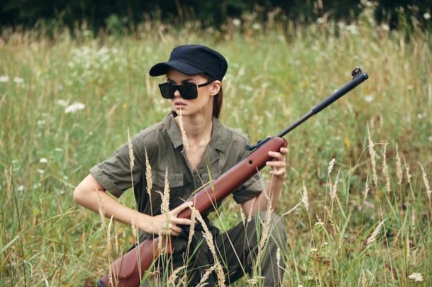 女性兵士が銃をかぶる