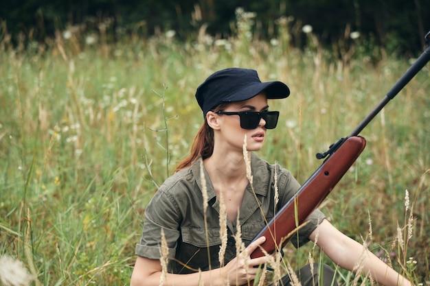 サングラスと拳銃を持つ女性兵士