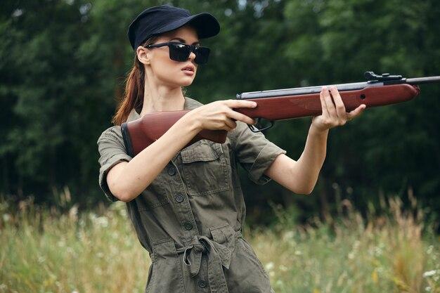 Женщина-солдат с портретом оружия