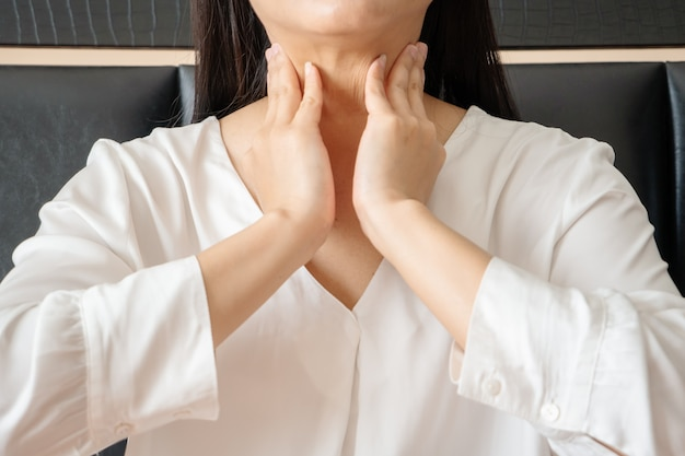 女性の首の痛みと扁桃炎、ヘルスケアおよび薬の回復の概念