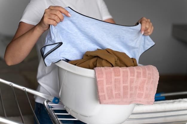 깨끗한 옷을 정리하는 여성