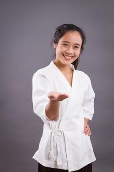 あなたを指している女性スパセラピスト。アジアの女性スパセラピスト、スパワーカー