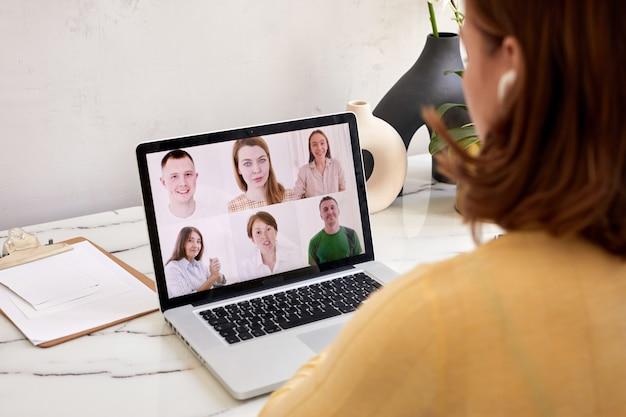 Женщина говорит с помощью веб-камеры конференции на ноутбуке