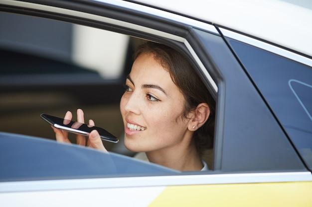 車の中で電話で話す女性