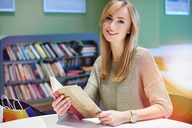 Женщина проводит свободное время в библиотеке