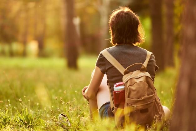 公園で時間を過ごす女性