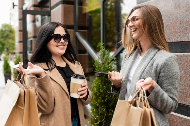 Женщина проводит время вместе за покупками