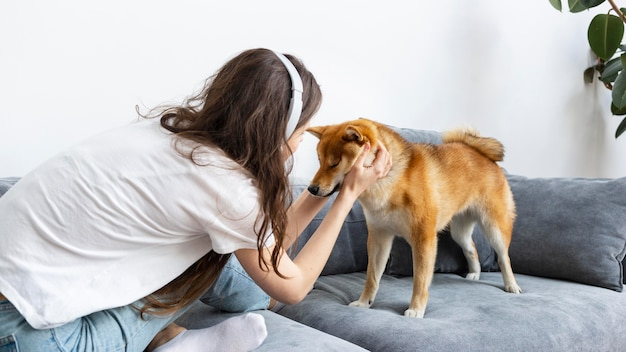 愛犬と一緒に過ごす女性