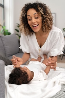 彼女の女の赤ちゃんと一緒に時間を過ごす女性