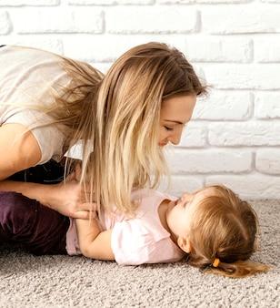 집에서 어머니의 날에 딸과 함께 시간을 보내는 여자