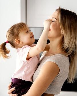 母の日のイベントで娘と一緒に時間を過ごす女性