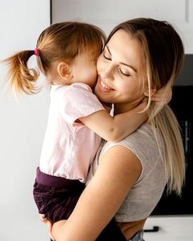 母の日に娘と過ごす女性